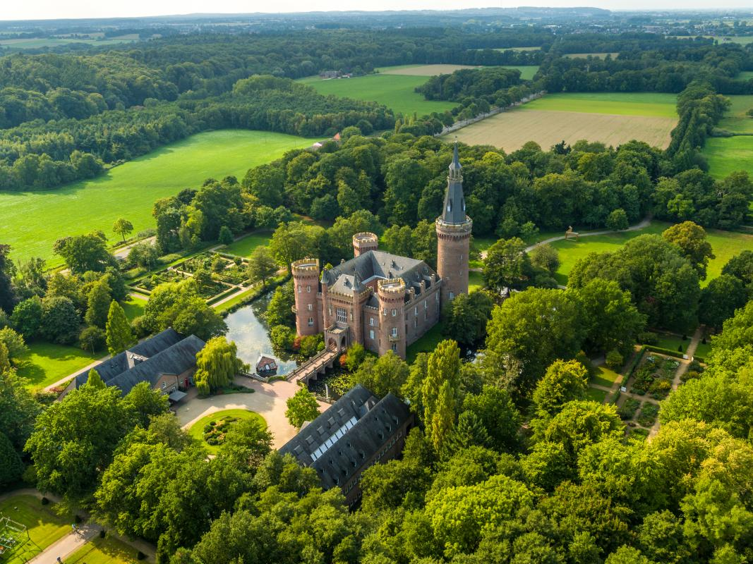 Rheinradweg-Schloss-Moyland-Luftbild-©Dominik-Ketz-Tourismus-NRW-eV